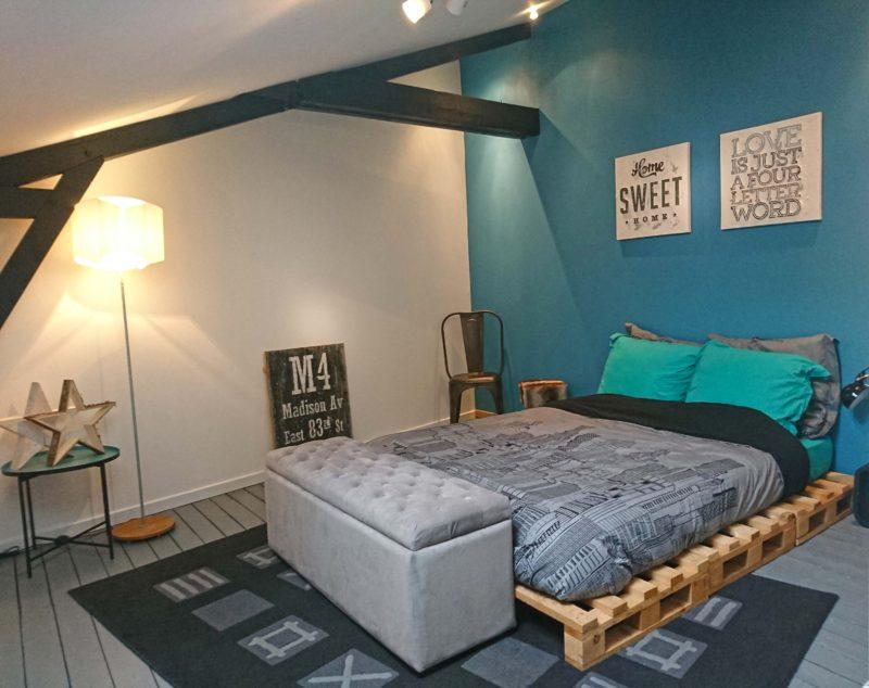 Chambre avec lit en palettes
