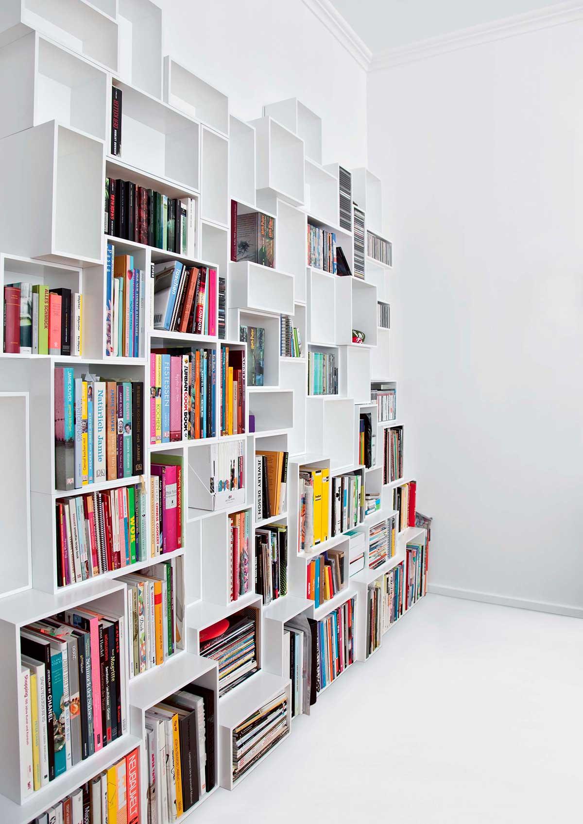 Bibliothèque cube blanche avec modules de différentes profondeurs