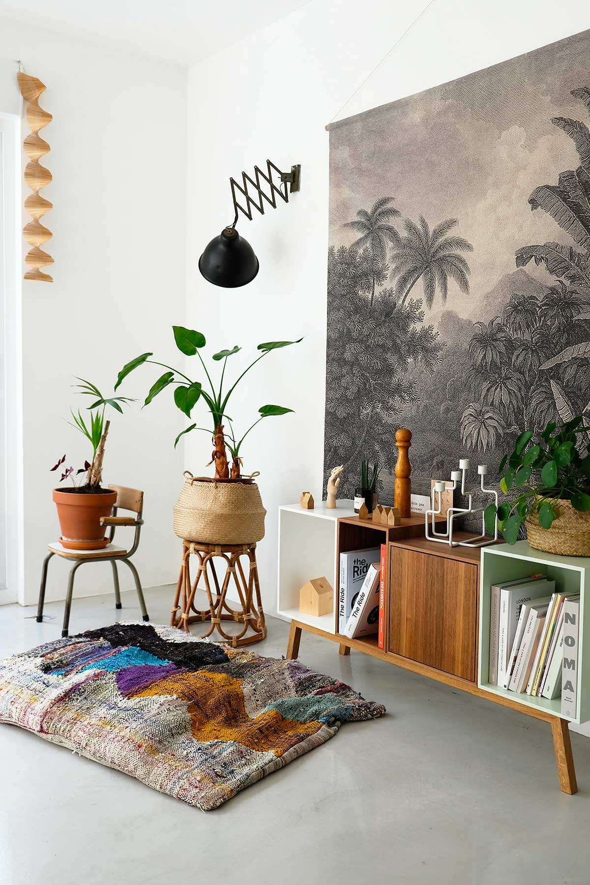 Etagere cube dans une ambiance jungle urbaine avec des plantes