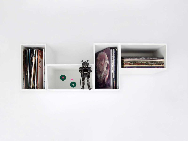 Petit étagère murale avec des cubes de rangement pour vinyles