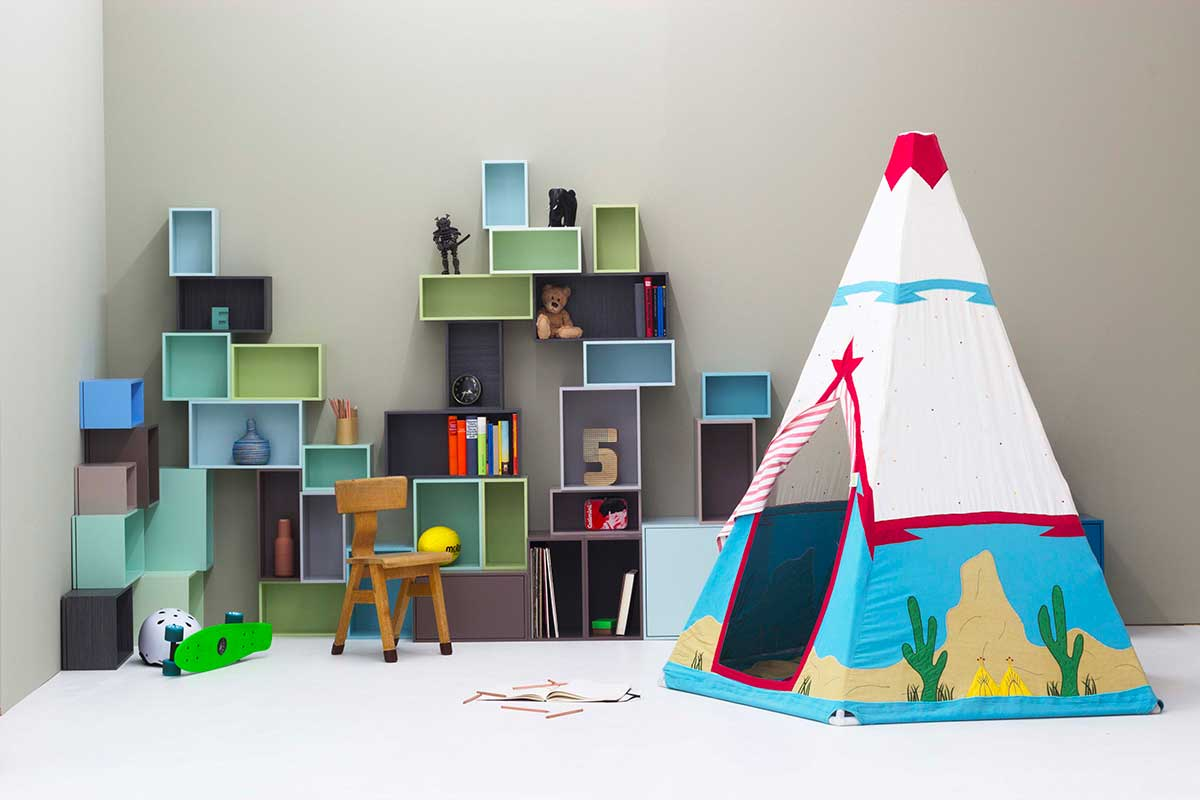 Étagère cube dans une chambre d'enfant avec tipi