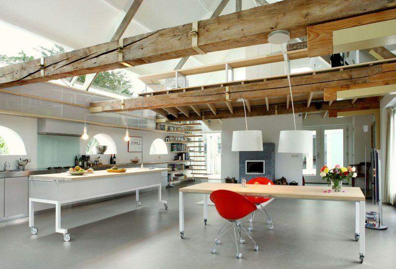 Grange transformee en loft avec poutres bois