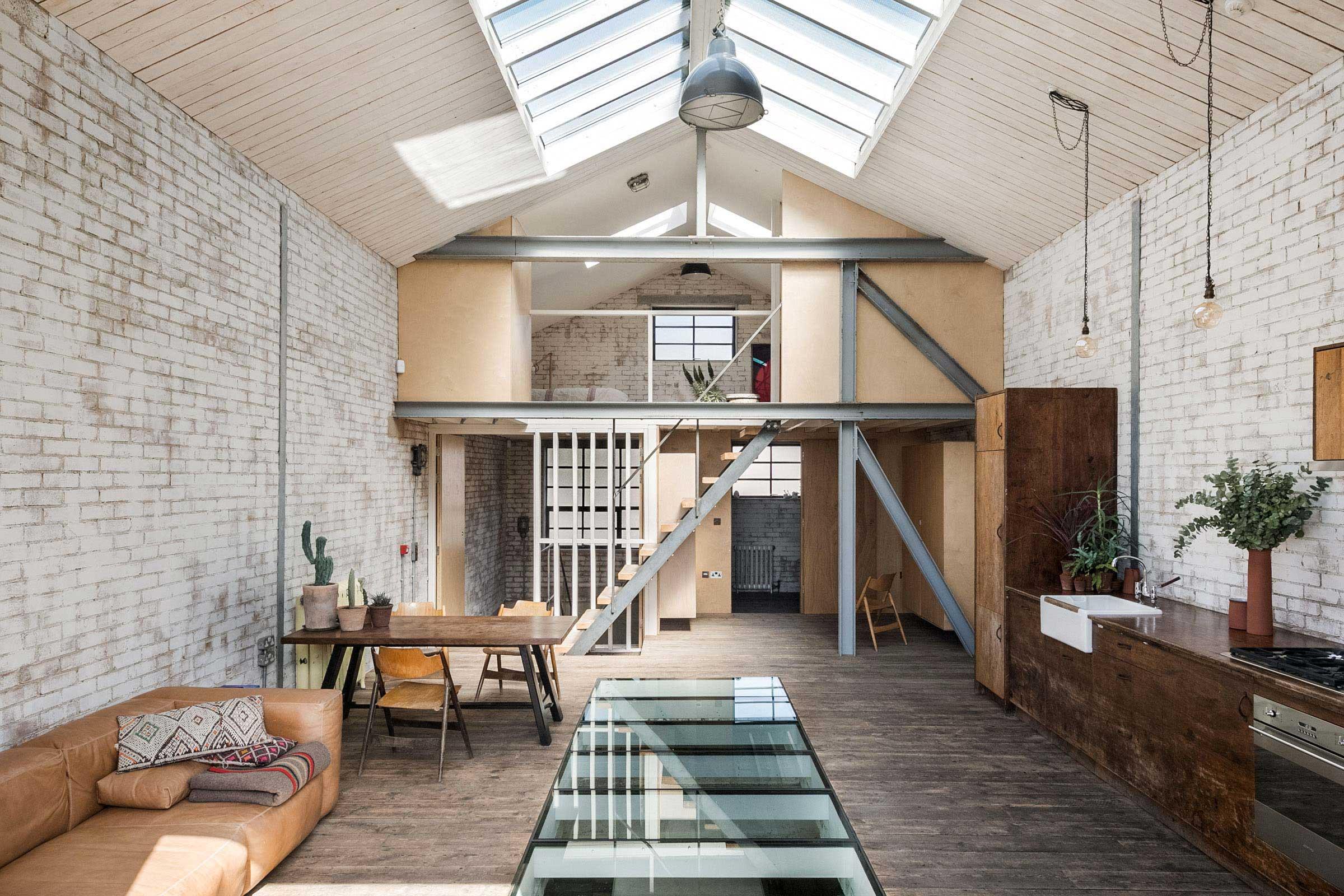 Loft industriel avec murs en briques blanches