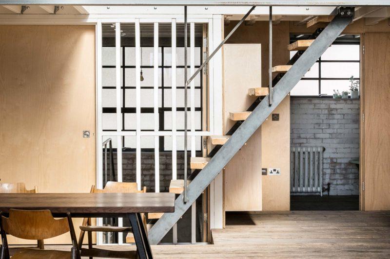 Escalier en metal avec marches en bois brut