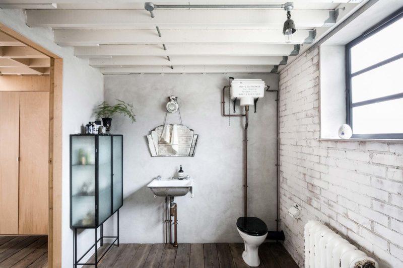 Salle de bains avec murs en briques blanches