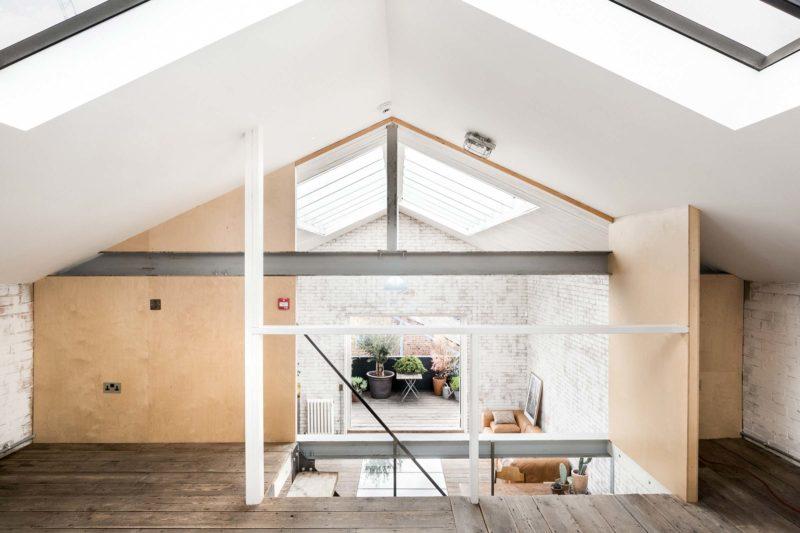 Loft avec mur en contreplaque