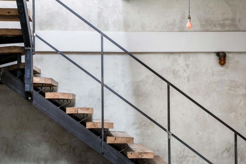 Escalier metal avec marches en bois brut