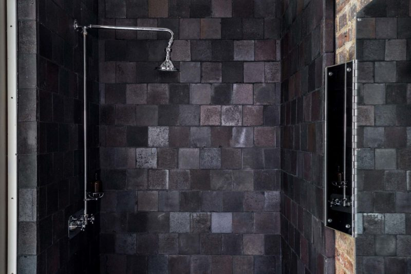 Douche avec carrelage sombre