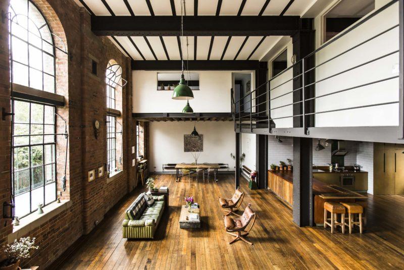 Loft industriel avec murs en briques et parquet