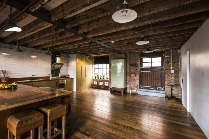 Cuisine avec parquet ancien dans un loft