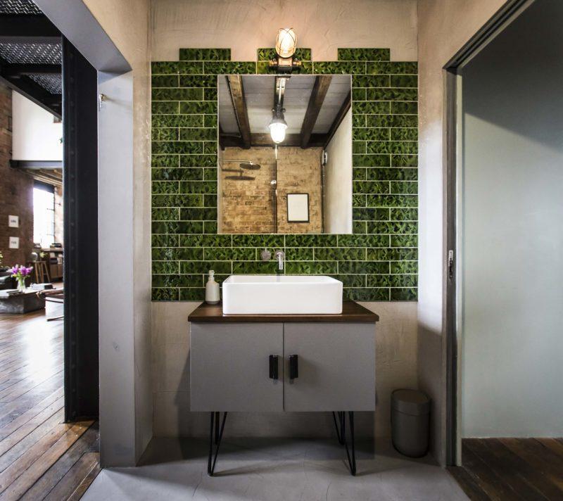 Salle de bains avec carrelage mural vert