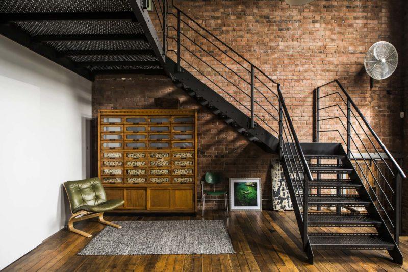 Escalier industriel en métal dans un loft