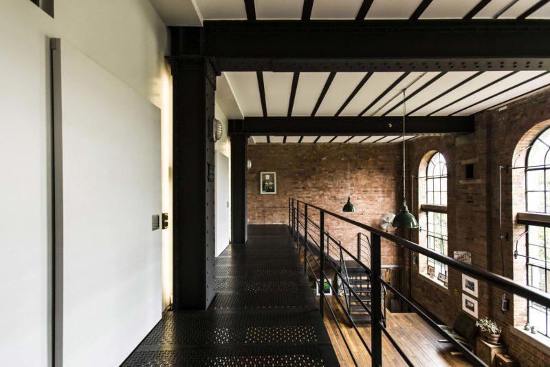 Passerelle métallique noire dans un loft