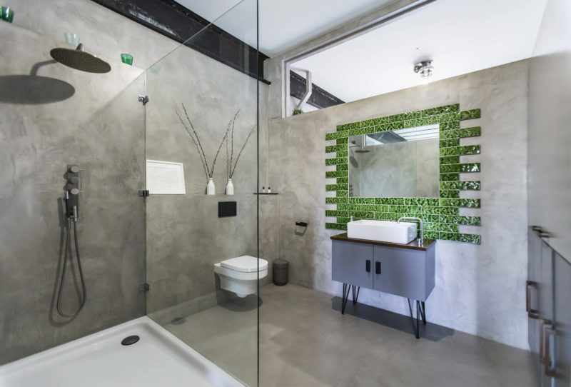 Salle de bains avec mur et son en béton ciré gris
