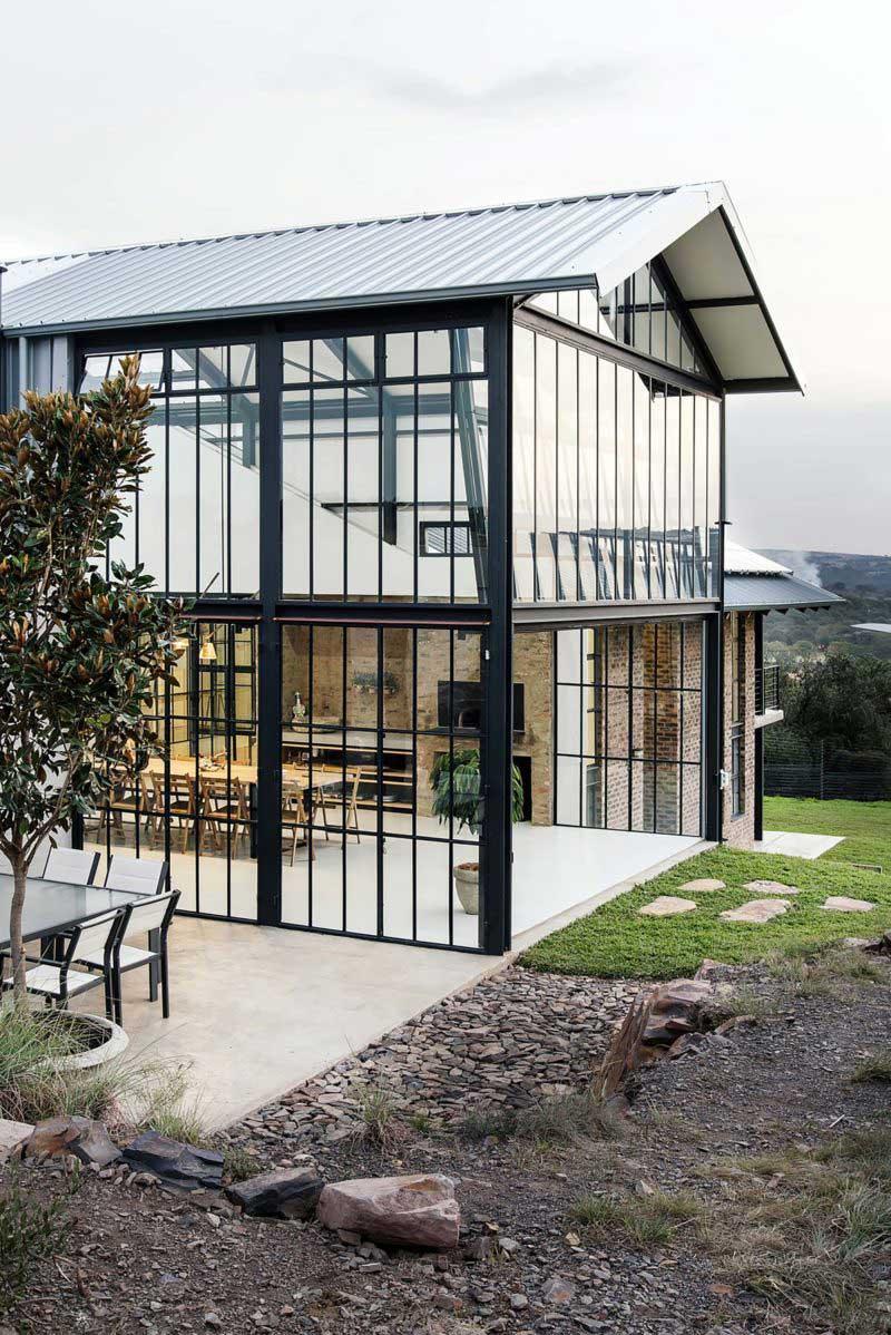 Maison d'architecte avec une immense verrière industrielle