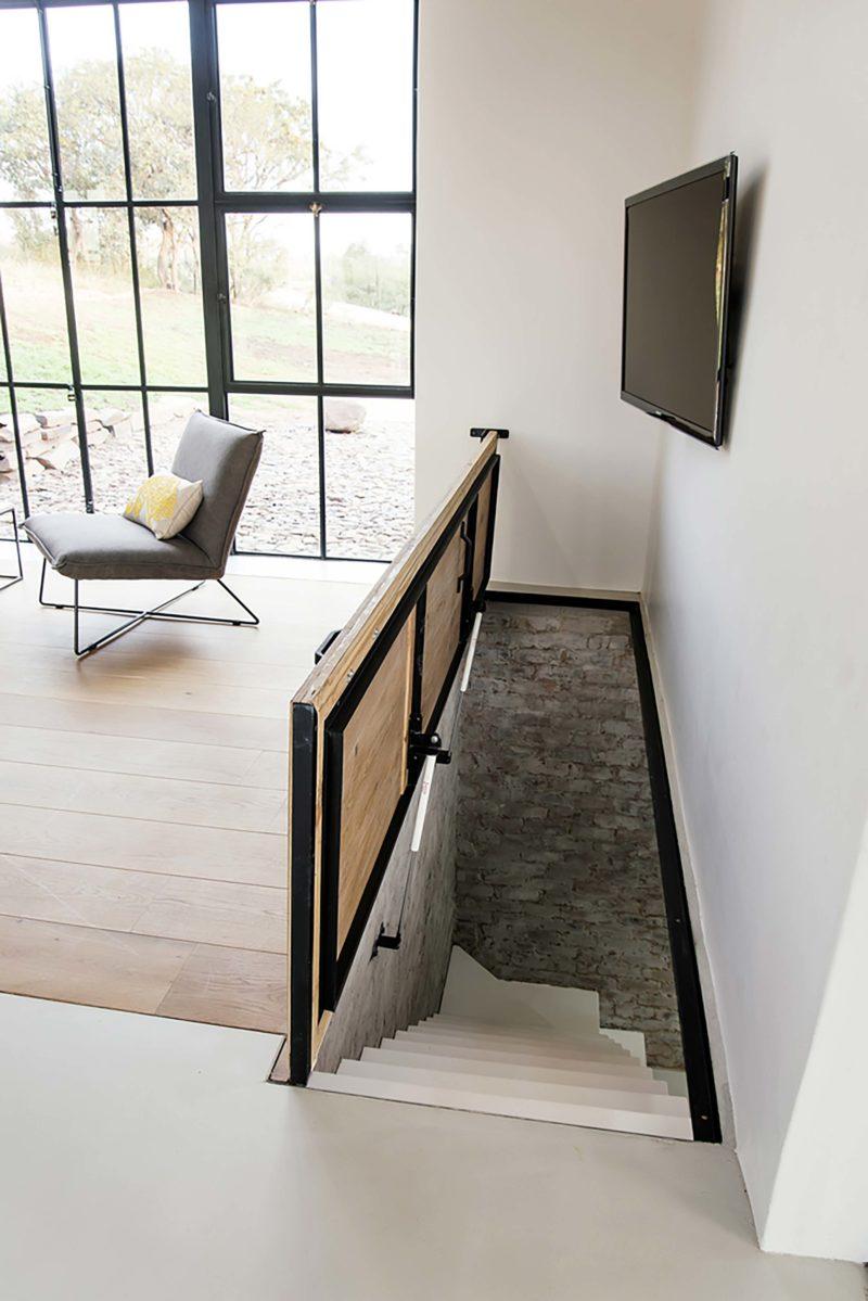 Escalier caché dans le sol