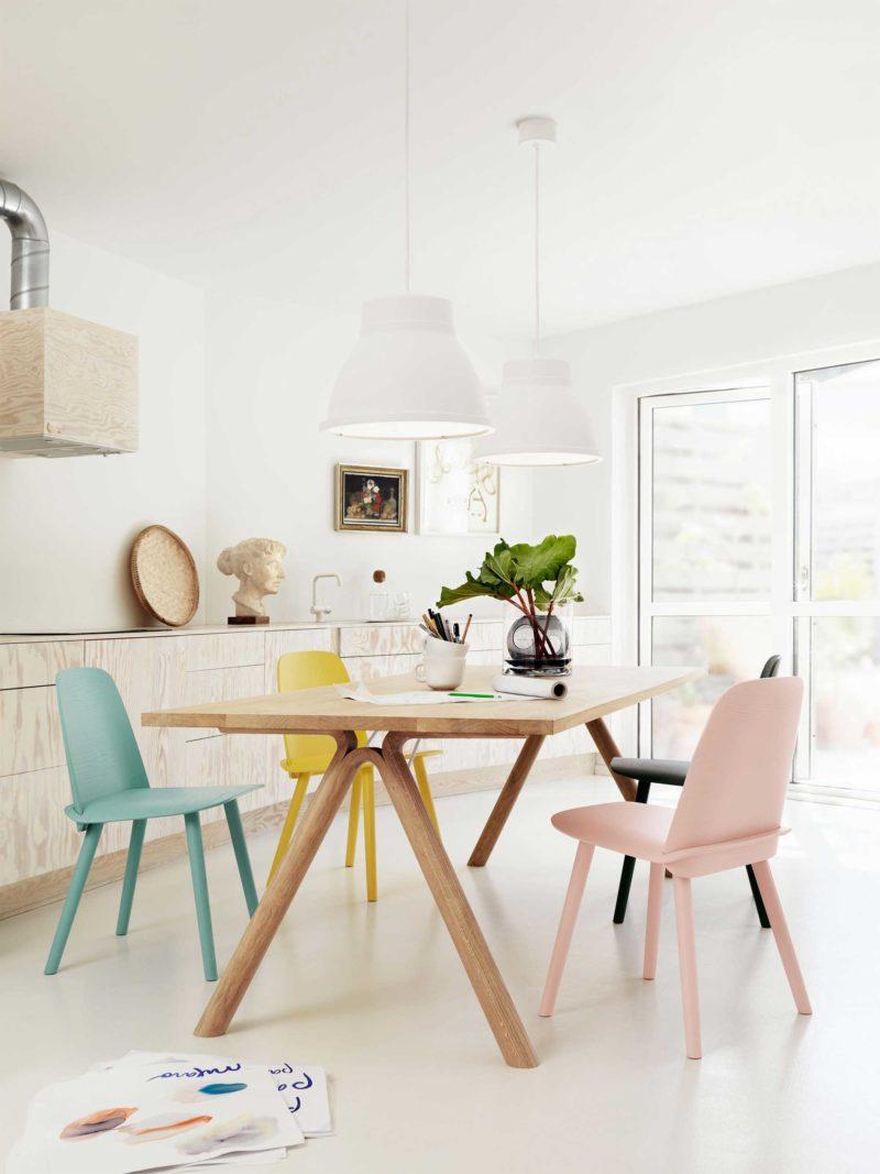 Chaise scandinave de couleurs