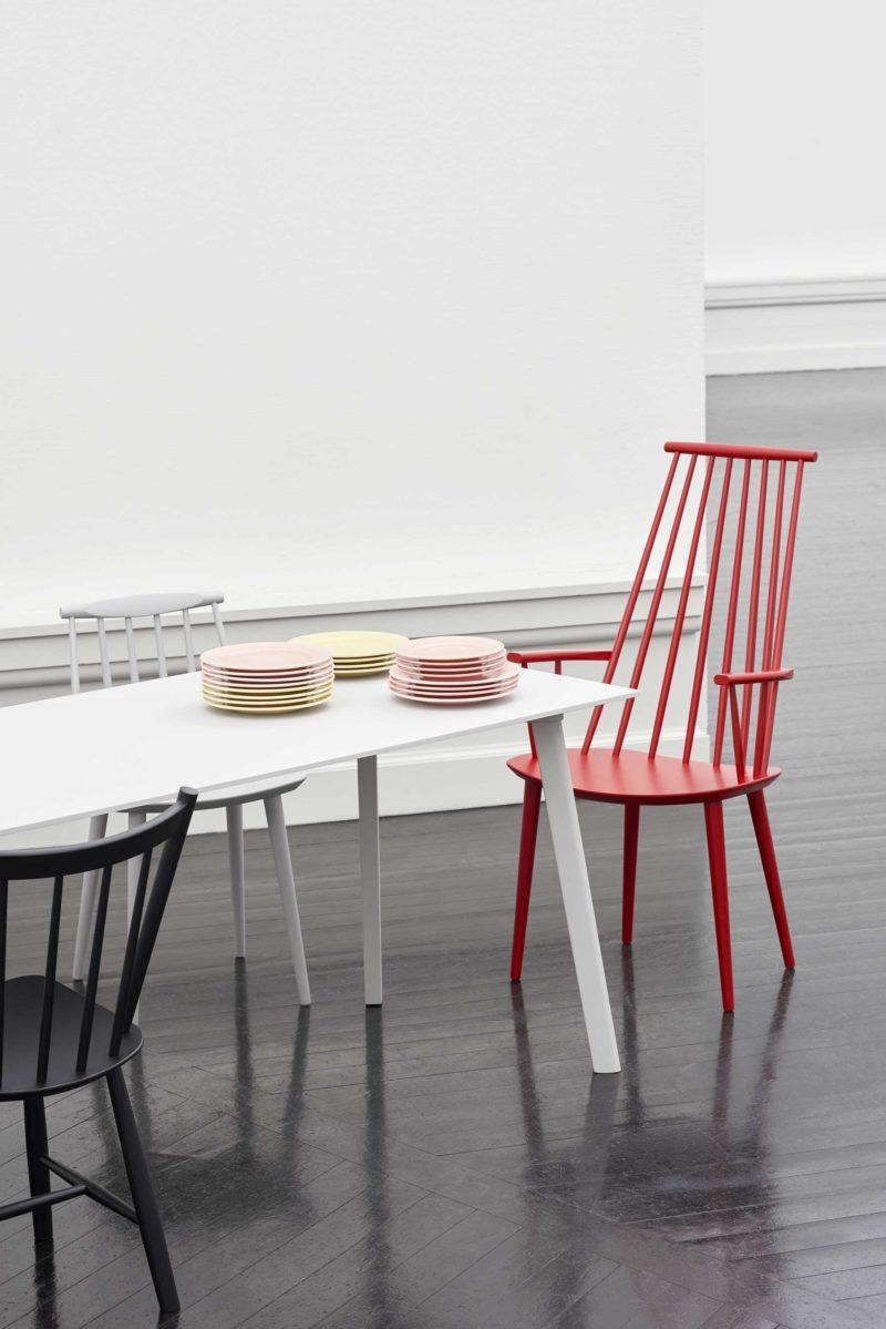 Chaise scandinave rouge avec accoudoir