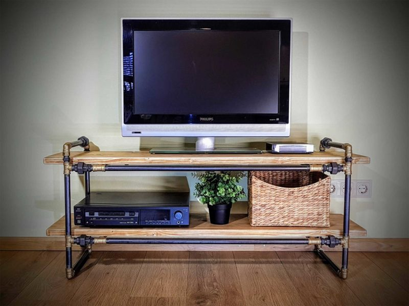 Meuble TV industriel créé avec des tuyaux