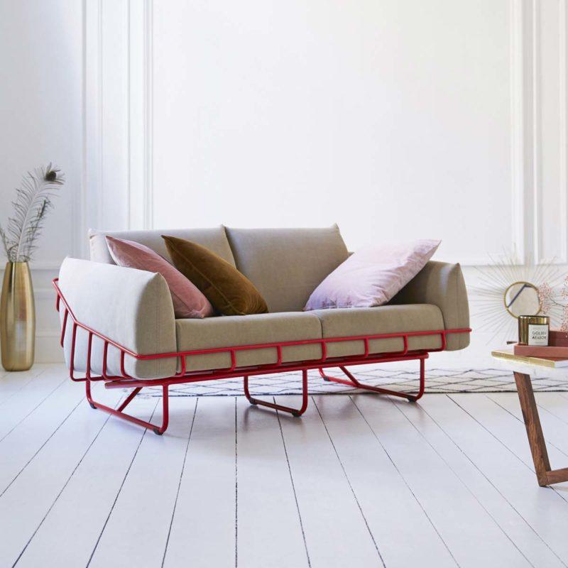 Canapé rouge et gris avec un design atypique