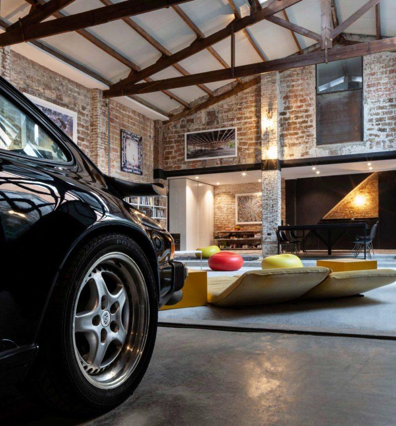 Porsche 911 garée dans un loft