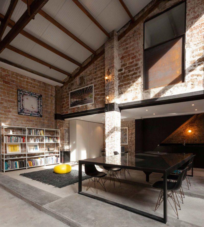Loft avec murs en briques rouges