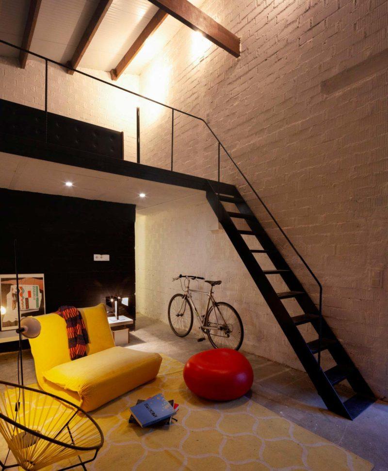 Escalier en métal avec garde corps moderne