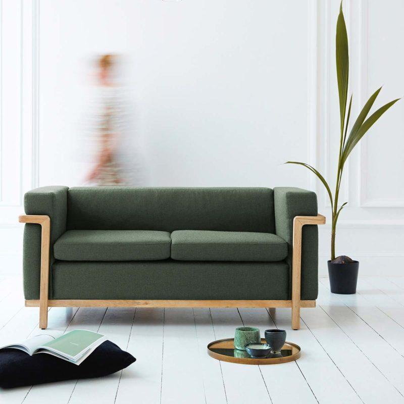 Canapé vert avec structure bois