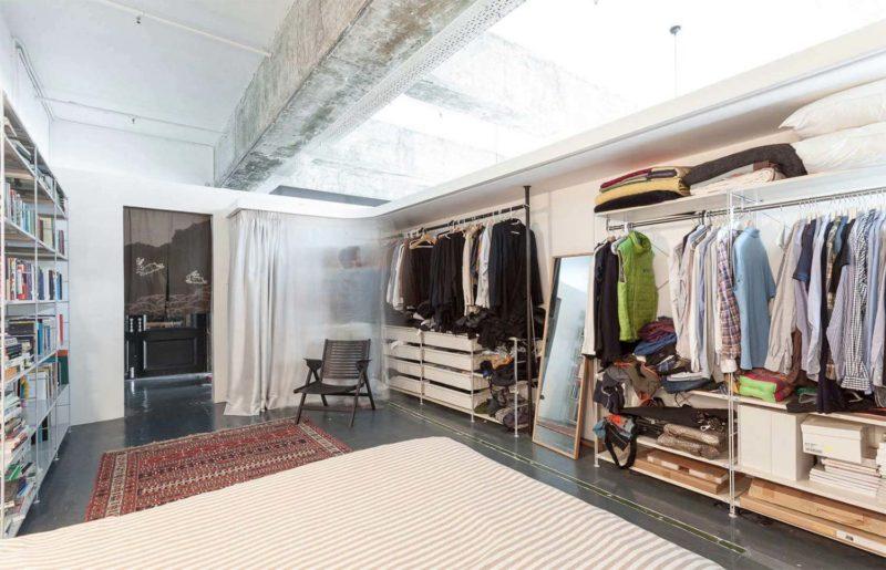 Dressing ouvert dans une chambre