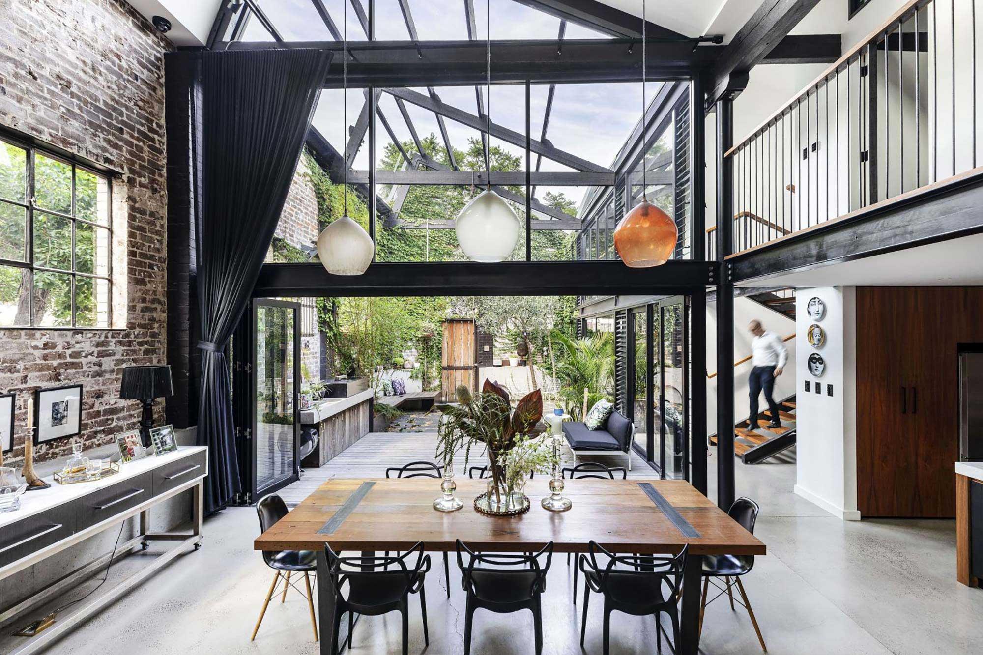 Fusion entre intérieur et extérieur dans un loft industriel