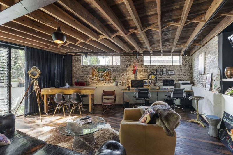 Plafond avec poutres dan un loft