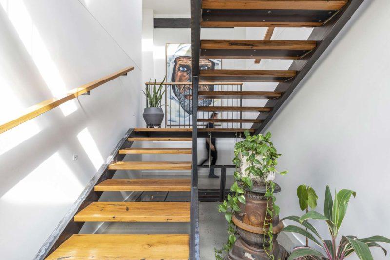 Escalier double en métal et bois