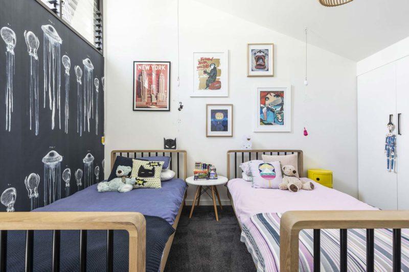 Chambre d'enfant avec deux lits