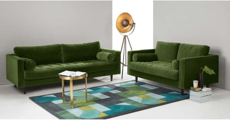 Salon avec canapé vert en velours