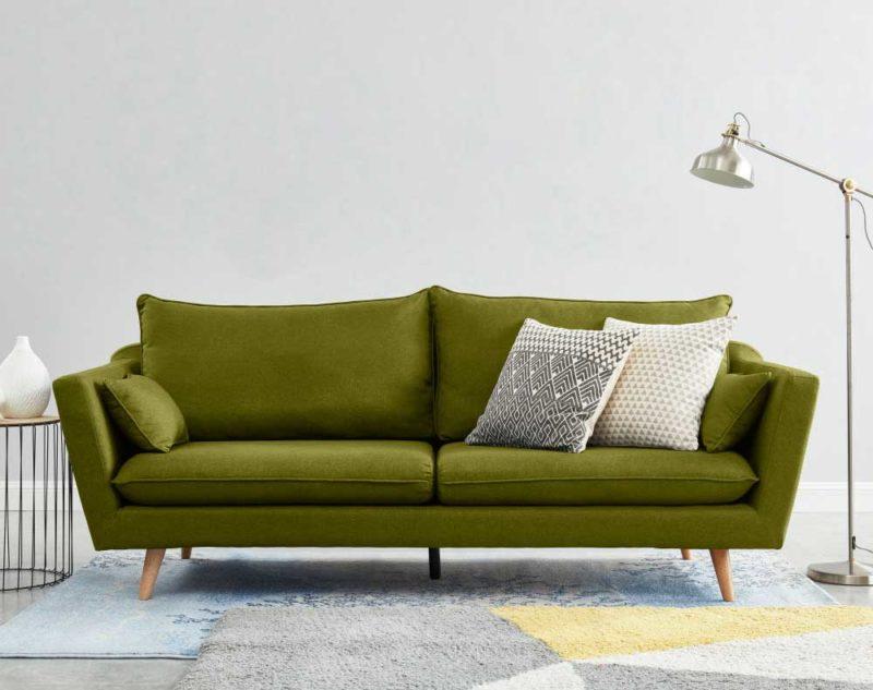 Canapé vert avec pieds en bois