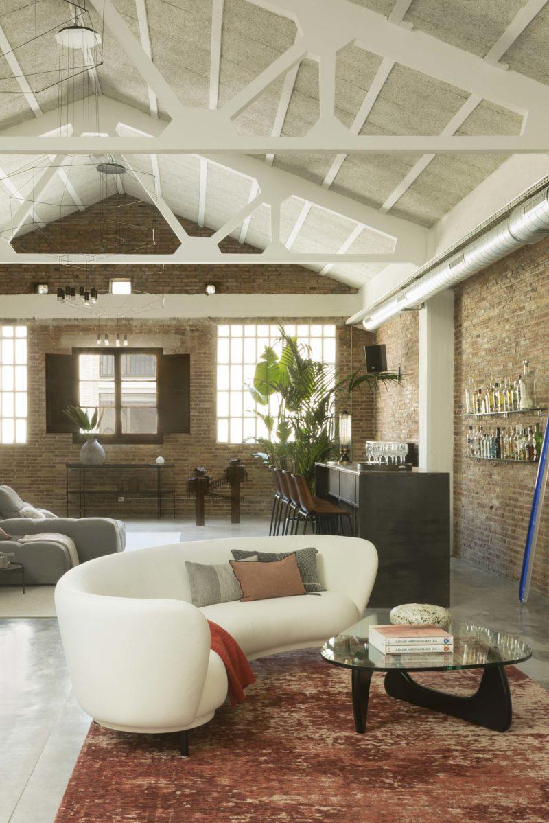 Loft industriel avec plafond blanc