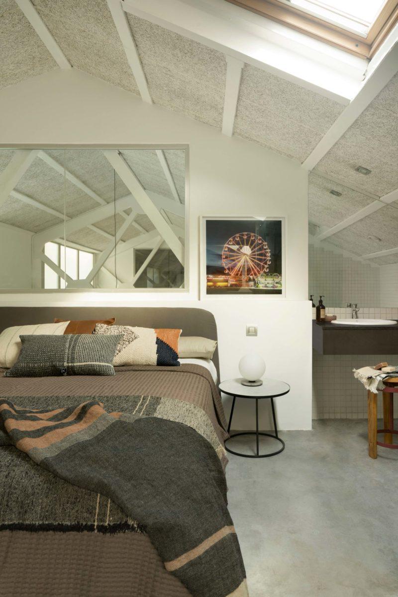 Chambre sur une. mezzanine avec cloison vitrée