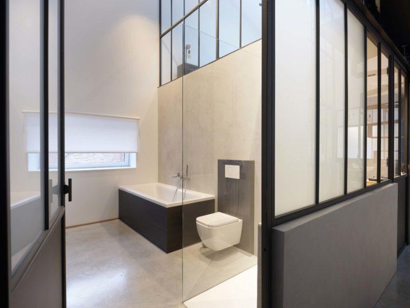 Salle de bains avec verrière d'atelier