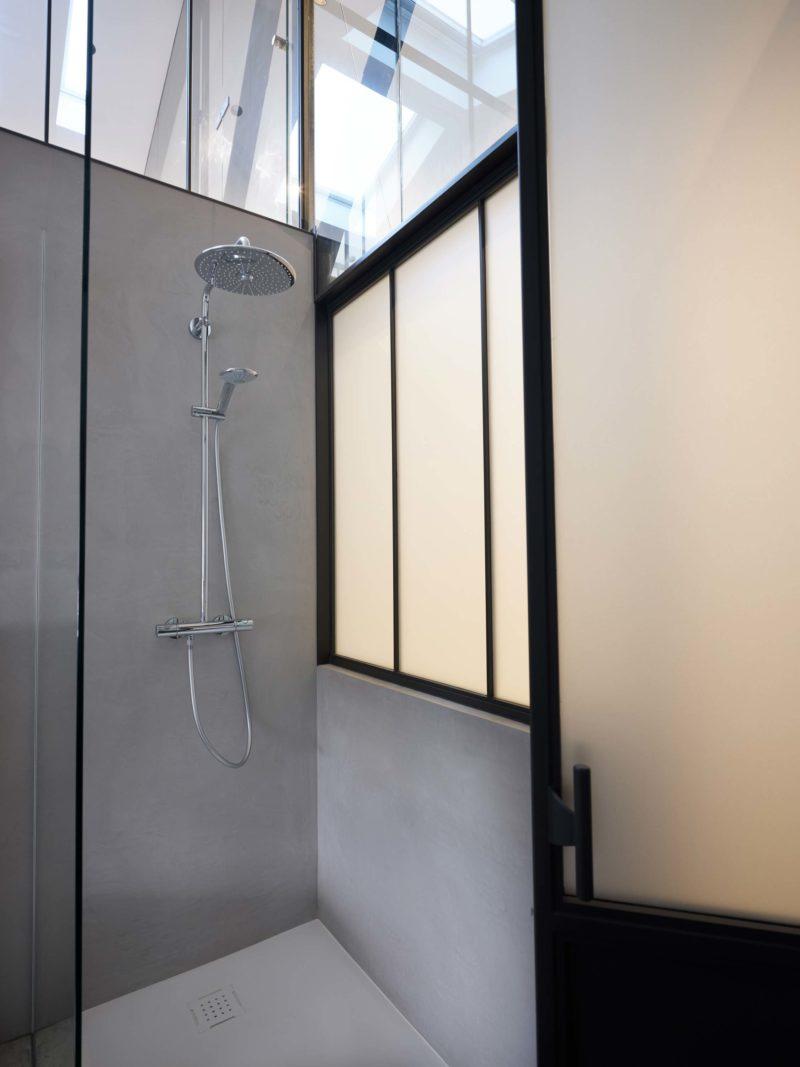 Douche avec verrière d'atelier