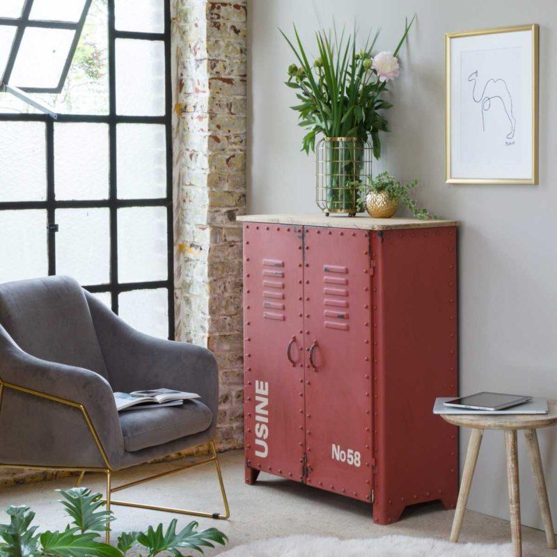 Buffet industriel en métal rouge avec textes