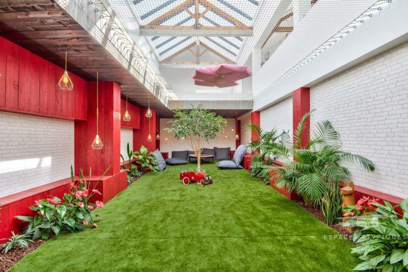 Jardin intérieur avec gazon synthétique