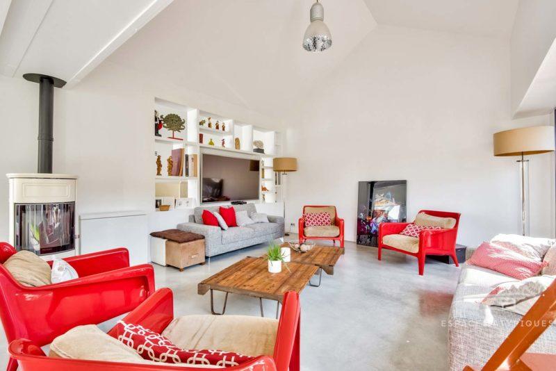 Salon avec déco rouge et blanc