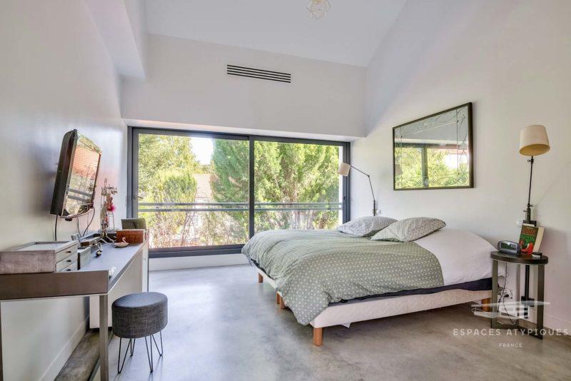 Chambre avec sol en béton ciré gris