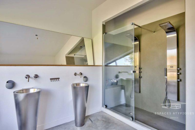 Salle de bains avec sol en béton ciré gris
