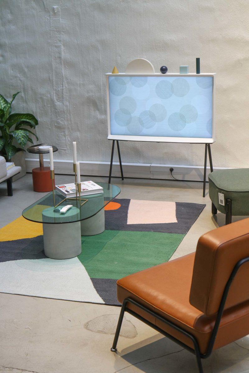 Salon déco colorée avec TV design The Serif de Samsung