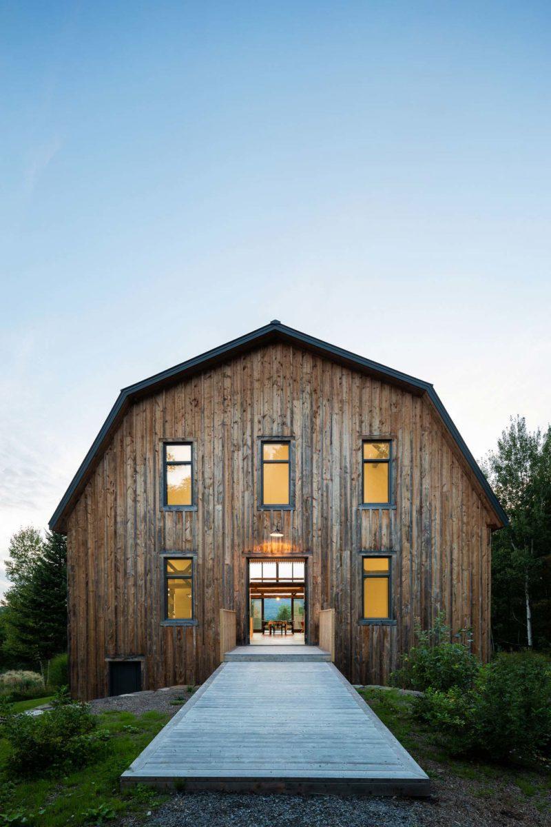 Ancienne grange transformée en loft avec bardage bois
