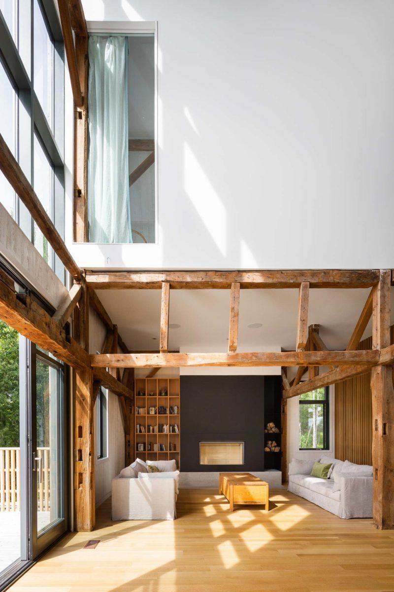 Anciennes poutres en bois dans un loft