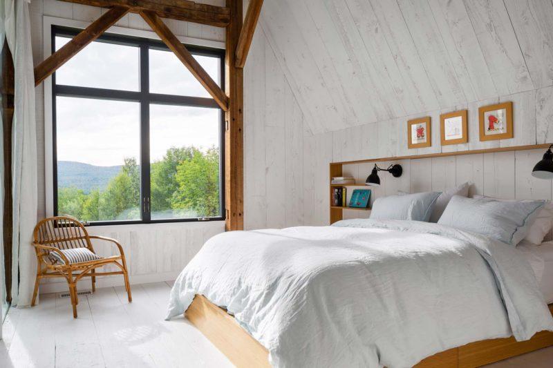 Chambre avec poutres en bois et lambris blancs
