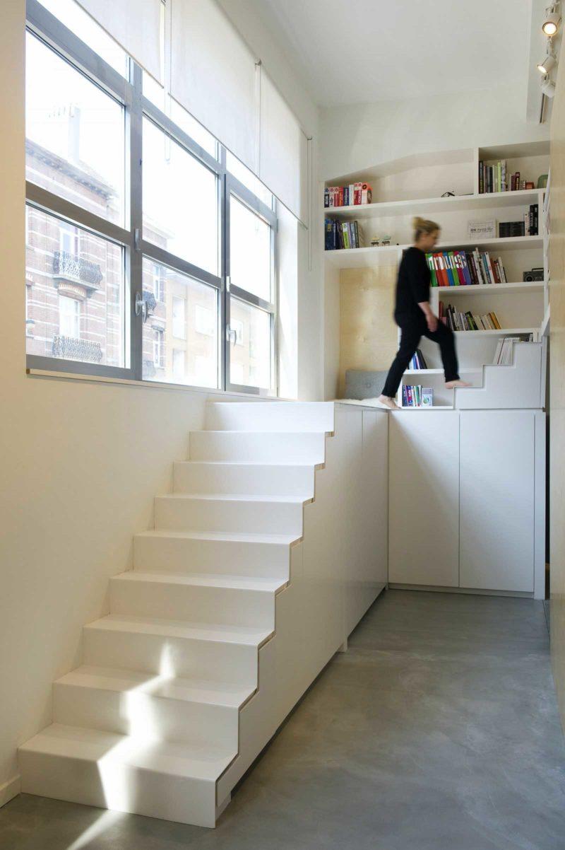 Escalier blanc quart tournant avec rangements intégrés