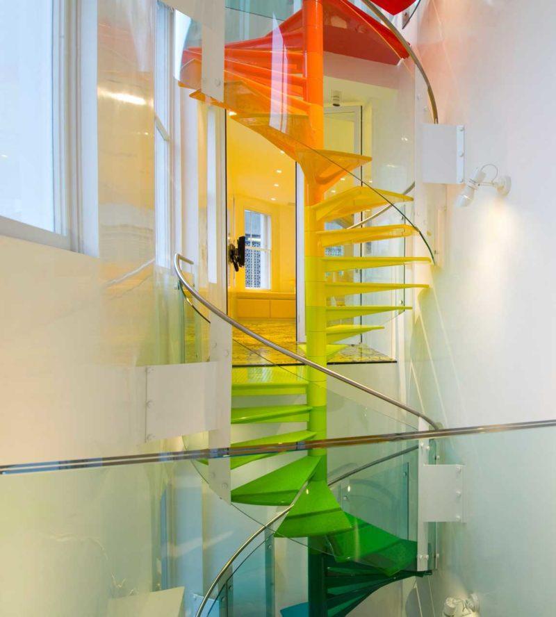 Escalier en colimaçon avec peinture arc-en-ciel